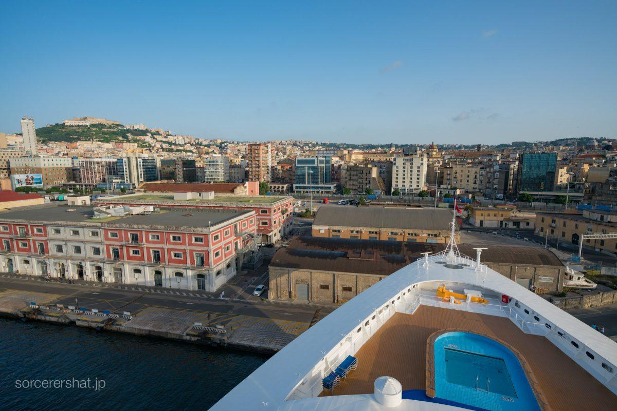 ナポリ港に着岸するディズニー・マジック号