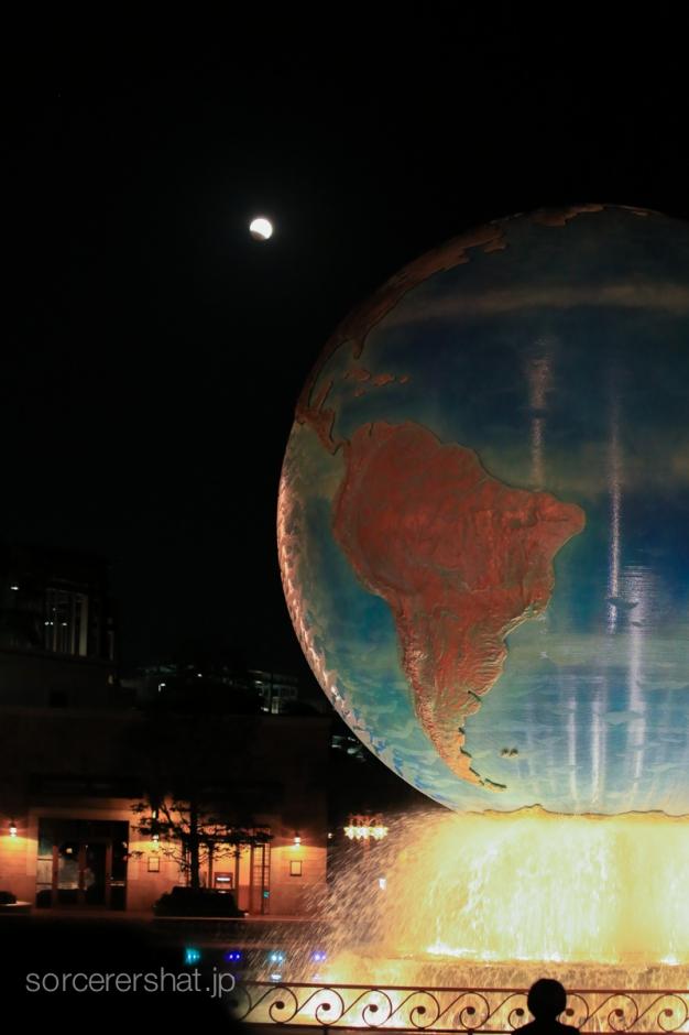 アクアスフィアの後ろに小さく見える月食の月