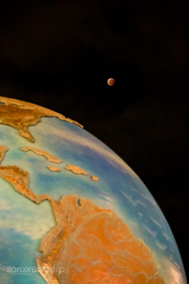 雲間から顔をのぞかせた最後の月食の月。アクアスフィアと共に