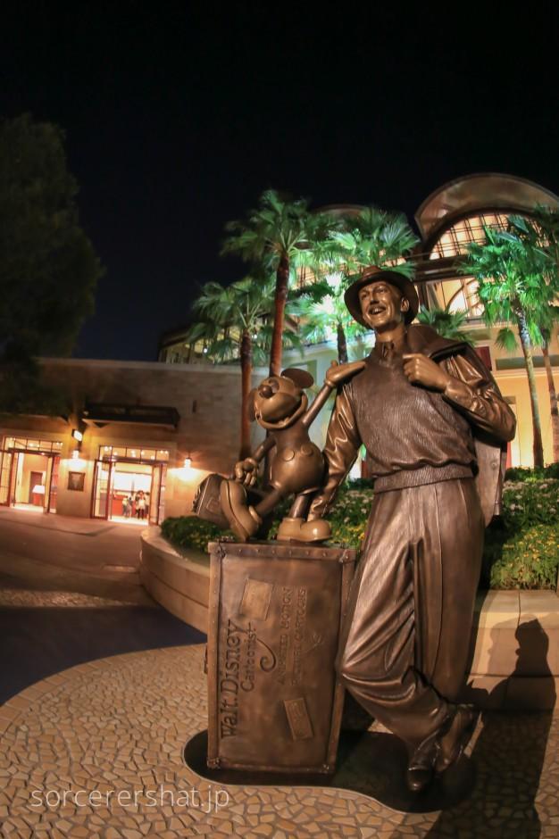 30周年の記念に贈られたストーリーテラーズ像