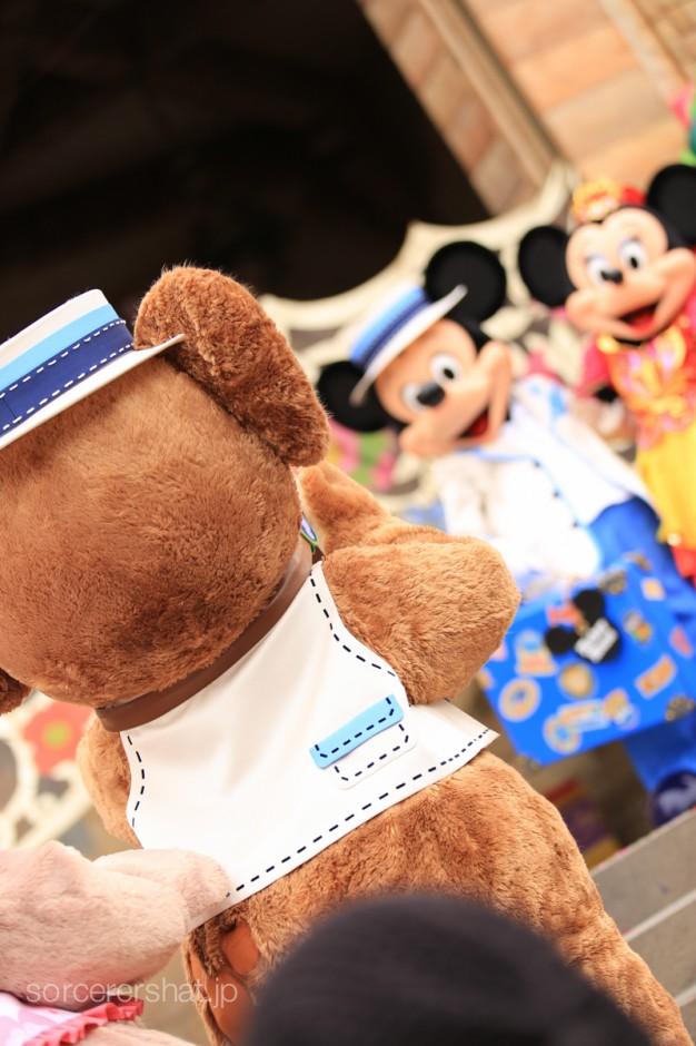 ミッキーとミニーを撮ってあげるダッフィー
