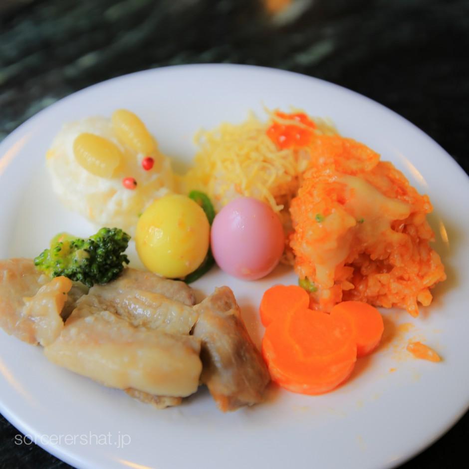 うさぎ型のポテトサラダと錦糸玉子のお寿司や黄色とピンクに色付けされてイースターエッグ(うずらの卵)