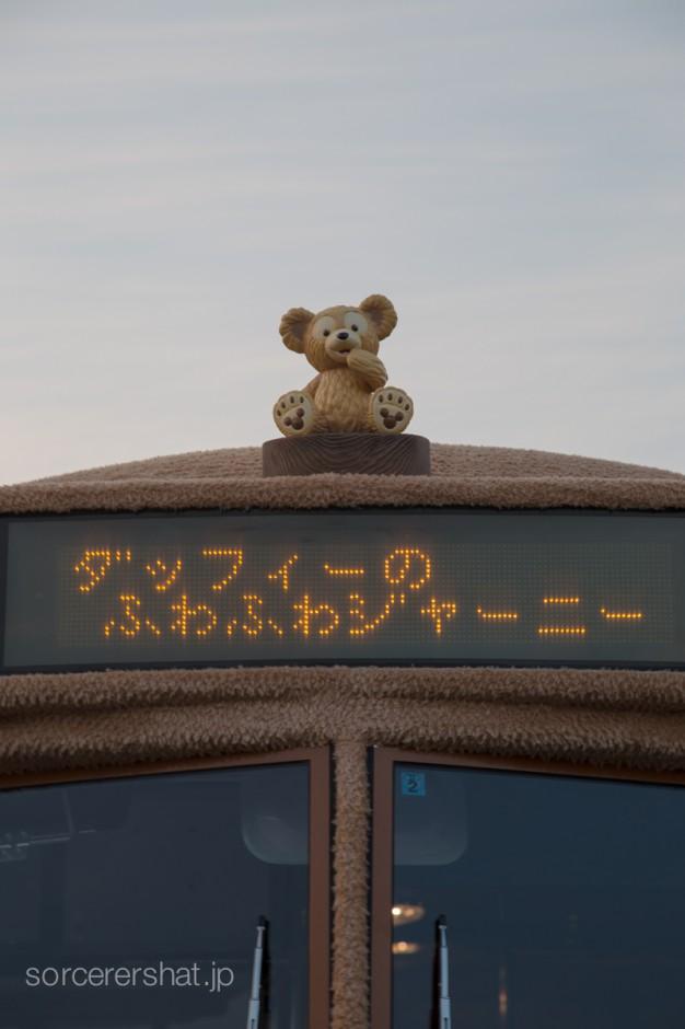 バスの先端にもダッフィー。電光掲示板がチラついてうまく撮れないときは、シャッタースピードを落とすと上手く撮れます。